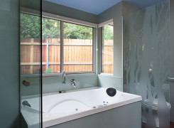 Southern bathroom with bay window and sandblasted glass screen